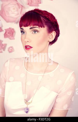 Splendidamente romantico dai capelli rossi ragazza in un contemporaneo studio impostazione Foto Stock
