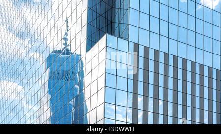 La riflessione in un ufficio moderno edificio windows, sfondo astratto, NYC, Stati Uniti d'America. Foto Stock