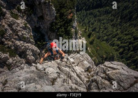 Scalatore sul ripido tratto di Ettore Bovero via ferrata, Cortina (Dolomiti, Italia) (femmina nello sport) Foto Stock