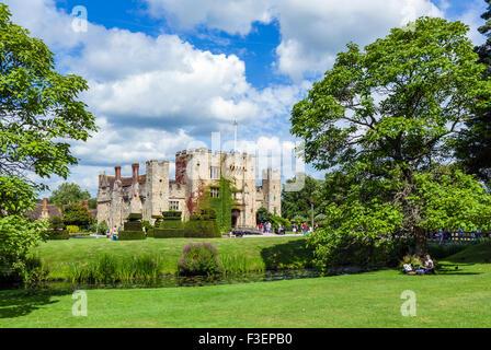 Coppia avente un picnic nella parte anteriore del castello di Hever, casa di famiglia di Anne Boleyn, Hever, Kent, Foto Stock