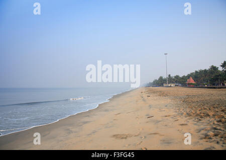Cherai beach seashore durante la mattina sulla isola di Vypeen ; Ernakulam ; Kerala ; India Foto Stock