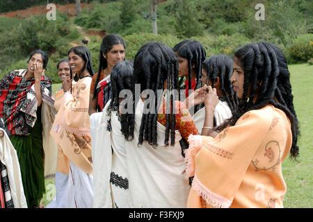 Giovane sposa felice di ottenere capelli arricciati · Toda donne ottenere  pronto per il matrimonio   Nilgiris   Tamil Nadu   India Foto Stock 296176295713