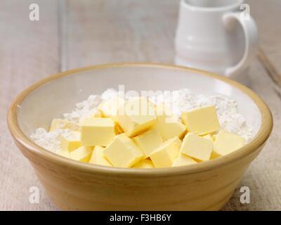 Ancora la vita di cottura Ingredienti. Cubetti di burro e farina in prua di miscelazione Foto Stock