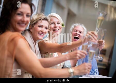 Elegante donne mature tostare in giardino urbano