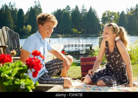 Giovane godendo il lago di partito, Seattle, Washington, Stati Uniti d'America Foto Stock