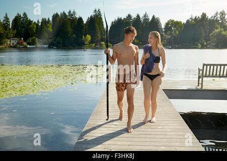 Giovane lasciando il lago dopo nuotare, Seattle, Washington, Stati Uniti d'America Foto Stock
