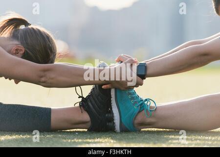 Due amici di riscaldamento fino a esercitare insieme all'aperto Foto Stock