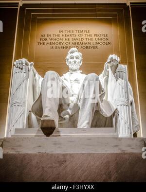 Lincoln Memorial statua di Abraham Lincoln visto di notte Foto Stock