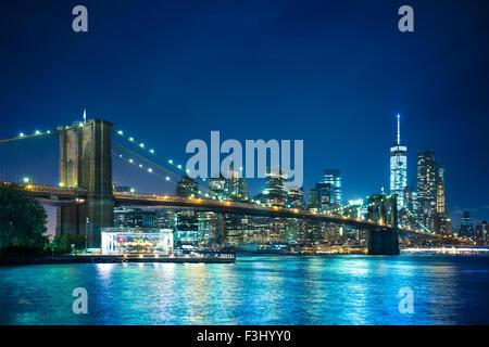 Bella vista notturna del Ponte di Brooklyn Bridge guardando verso Manhattan New York City Foto Stock