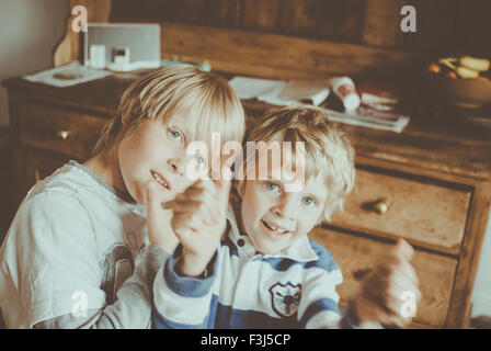 Due piccoli fratelli essendo silly Foto Stock