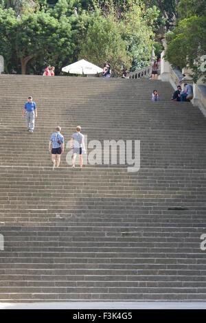 I turisti a piedi fino alla molto ripide scale di pietra che conduce alla fontana magica di Montjuïc Foto Stock