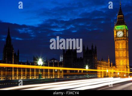 Sentieri di luce dal traffico di Londra attraverso le Case del Parlamento sul Westminster Bridge. Foto Stock
