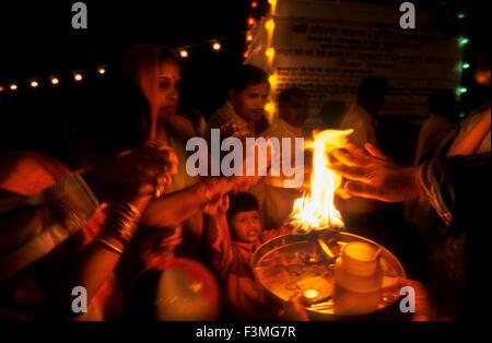 Persone purificato con il fuoco nel fiume Gange. Haridwar. Uttarakhand. India. Haridwar, Uttaranchal, India. Haridwar Foto Stock