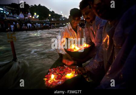 Persone offrendo un deepak (fiori galleggianti e olio lampada) per il fiume Gange. Haridwar. Uttarakhand. India. Foto Stock