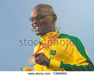 Ravvicinata di un atleta brasiliano che mostra la sua medaglia ai 2015 Parapan giochi americani. Il 2015 Parapan Foto Stock