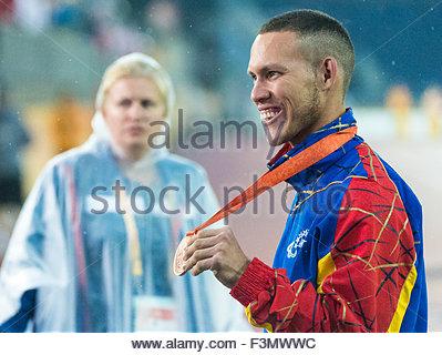 Ravvicinata di un atleta venezuelano che mostra la sua medaglia ai 2015 Parapan giochi americani. Un volontario Foto Stock