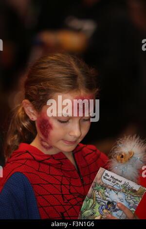 La città di New York, Stati Uniti. 09oct, 2015. Bambina in zombie make up. Centinaia di migliaia di appassionati, Foto Stock