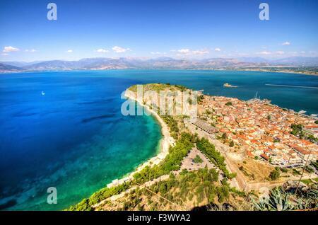 Una veduta aerea della città bellissima Nafplio, in Grecia che fu la prima capitale della Grecia. Il castello di Foto Stock