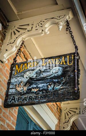 Segno di overhead di Marie Laveau appartamenti, denominata per la leggendaria Voodoo Sacerdotessa nel Quartiere Foto Stock
