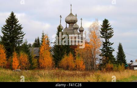 Antica Chiesa Russa nella foresta di autunno Foto Stock