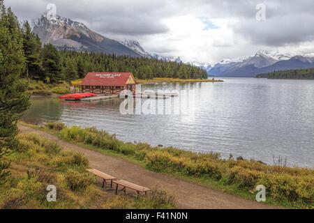 Vista sul Lago Maligne e il boathouse con il suo tetto rosso nel Parco Nazionale di Jasper, montagne rocciose, Alberta, Canada.
