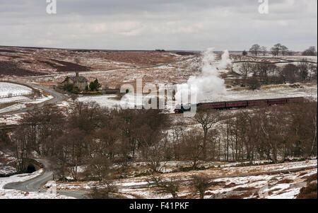 Vintage treno a vapore a pieno vapore rende il suo modo da Goathland a Pickering attraverso il North York Moors Foto Stock