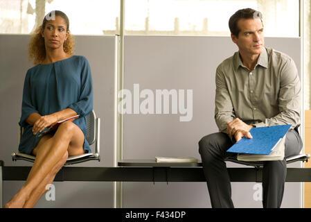 Professionisti seduti nella sala di attesa Foto Stock