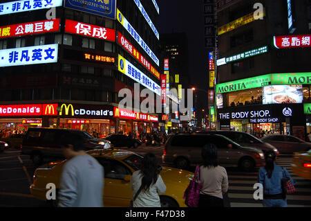 Attraversamento pedonale di notte a Taipei, Taiwan Foto Stock