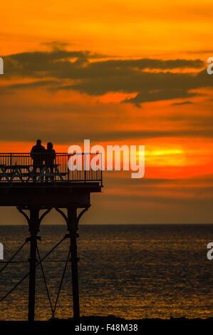 Aberystwyth Wales UK giovedì 15 ottobre 2015 UK Meteo: un paio di stand sulla fine di Aberystwyth pier guardando Foto Stock