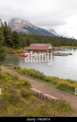 Vista sul Lago Maligne e il boathouse con il suo tetto rosso nel Parco Nazionale di Jasper, montagne rocciose,Alberta, Canada.