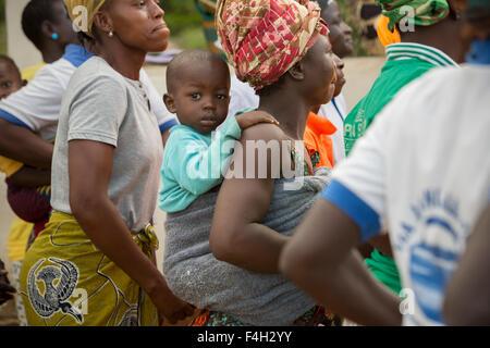 La madre e il bambino nel Villaggio di Vea, Bolgatanga distretto, Ghana. Foto Stock