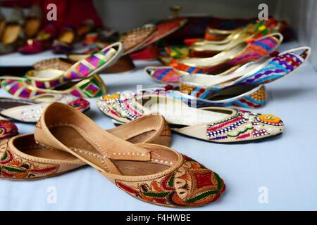 Colorate di etnia indiana scarpe sul mercato delle pulci in India. spazio copia Foto Stock