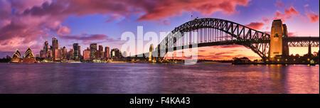 Burning bright tramonto su Sydney CBD cityline panoramically raffigurato in tutta Harbour compresi i grattacieli e Harbour Bridge