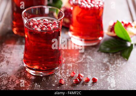 Melograno drink con acqua frizzante rientrano bevanda fredda Foto Stock