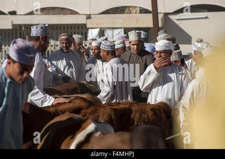 Nizwa giorno di mercato. Una volta che il capitale di Oman ora la moderna città di Nizwa è famosa per la sua vivace Foto Stock