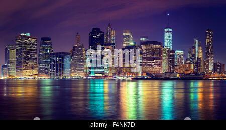 Vintage tonica skyline di Manhattan di notte, NYC, Stati Uniti d'America. Foto Stock