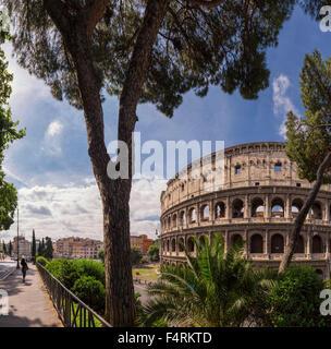 L'Italia, Europa, Lazio, Roma, città, villaggio, foresta, legno, alberi, molla, persone, Piazza del Colosseo Colosseo Foto Stock