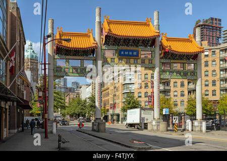 Vista sul bellissimo Millennium Gate in Chinatown, Vancouver, British Columbia, Canada, America del Nord. Foto Stock
