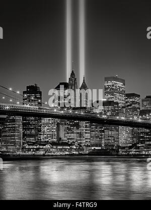 Il Tributo in luce, in Lower Manhattan illuminata con grattacieli del quartiere finanziario di New York City, Foto Stock