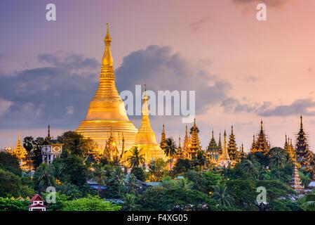 Yangon, Myanmar vista della Shwedagon pagoda al crepuscolo. Foto Stock