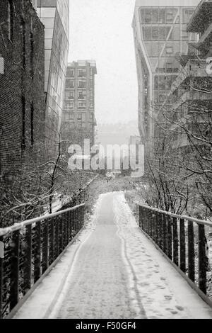Chelsea linea alta durante una nevicata. Inverno vista di Manhattan dell'antenna del greenway nel cuore di New York City