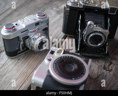Una collezione di vintage e retrò guardare le macchine fotografiche tradizionali Foto Stock
