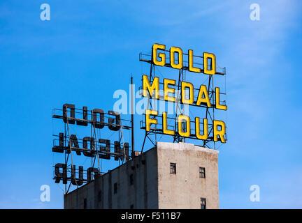 Minneapolis Minnesota skyline landmark: la medaglia d'Oro al neon di farina di segno sulla sommità del Mulino del Foto Stock