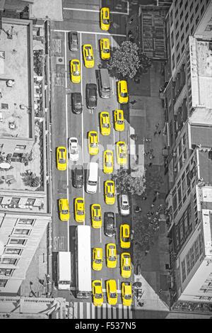 Vecchio stile film foto di New York taxi dal di sopra, immagine in bianco e nero con taxi gialli in Manhattan, STATI Foto Stock