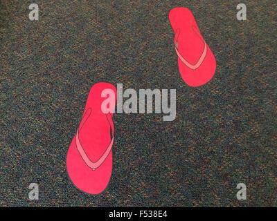 Rosa Flip-flop segni sul tappeto. Abstract texture di sfondo Foto Stock