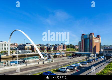Gateshead Millennium Bridge e il Baltic Centre for Contemporary Arts sul fiume Tyne, Quayside, Gatesehead, Tyne Foto Stock