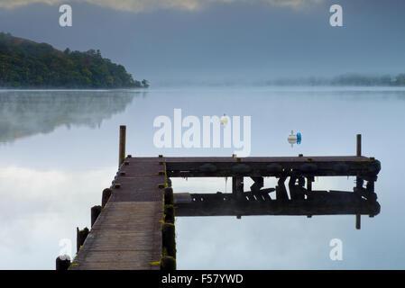 Un pontile che sorge sul lago Ullswater a Howtown all'alba nel Parco Nazionale del Distretto dei Laghi, Cumbria, Regno Unito, GB. Foto Stock