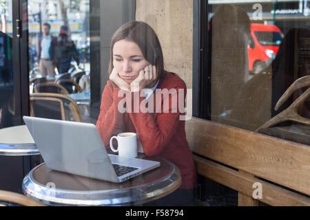 Concetto di invidia, annoiato triste donna nella parte anteriore del computer Foto Stock