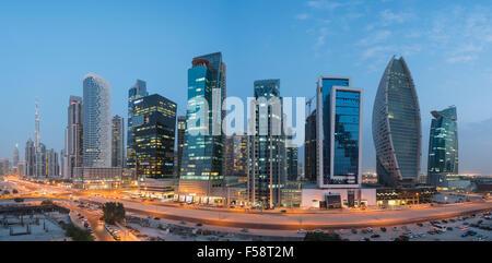 Panorama sullo skyline di nuove torri di uffici di notte nella baia di business district di Dubai Emirati Arabi Uniti Foto Stock