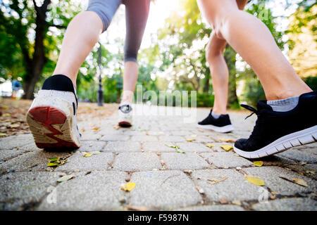 Vista dettagliata del jogging dei piedi mentre in azione e in esecuzione Foto Stock
